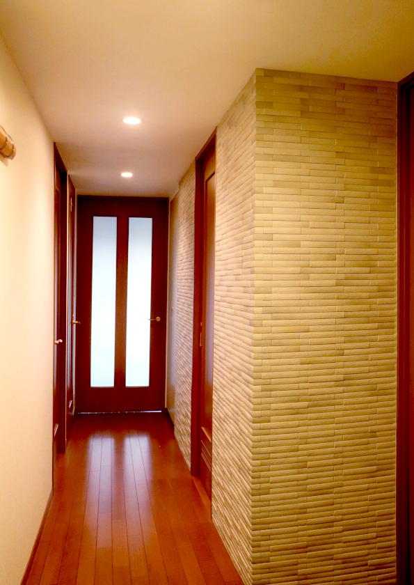 〔玄関から室内〕向かって右のコーナー