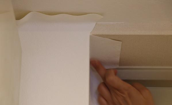玄関まわりの壁紙貼り