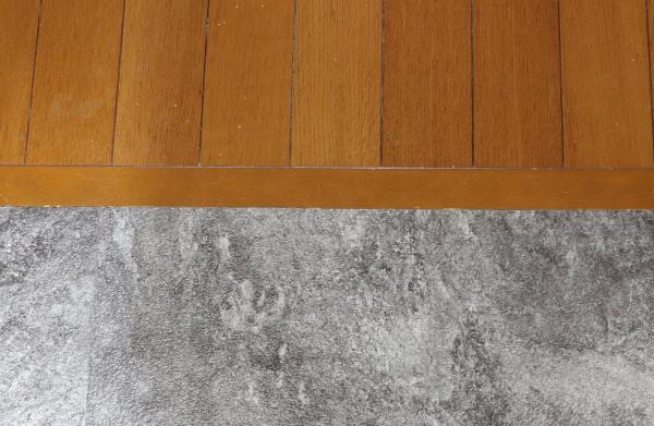 フロアタイルとフローリングの床境目