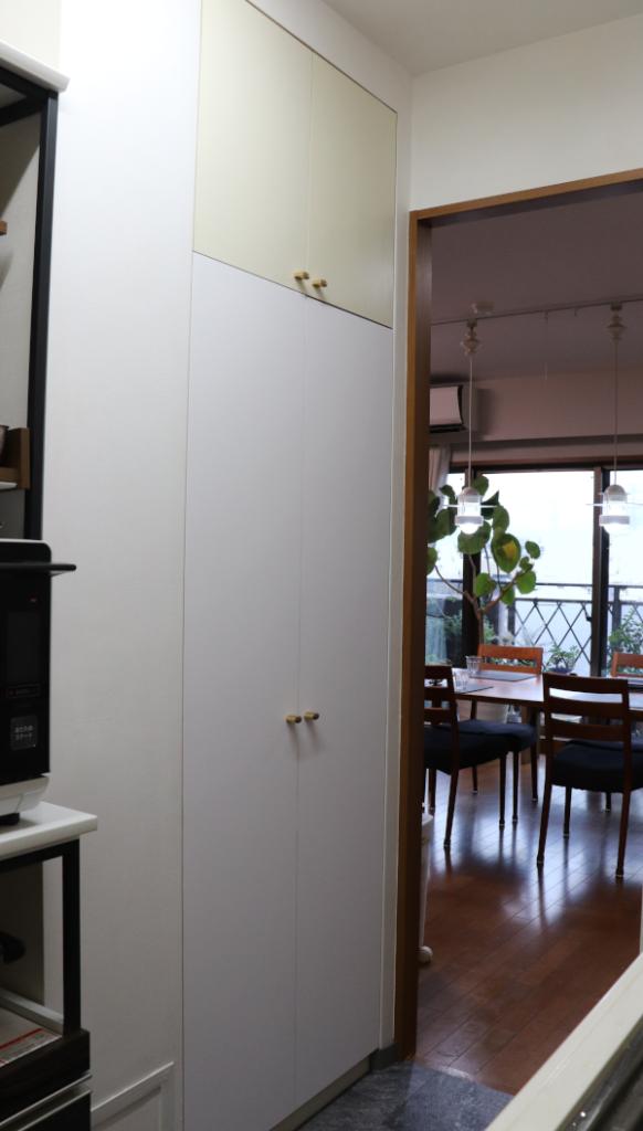 キッチンの収納庫 下の扉がダイノックフィルム施工後